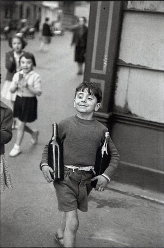 henri-cartier-bresson-rue-mouffetard-paris-1954-boy-smiling-wine-bottles