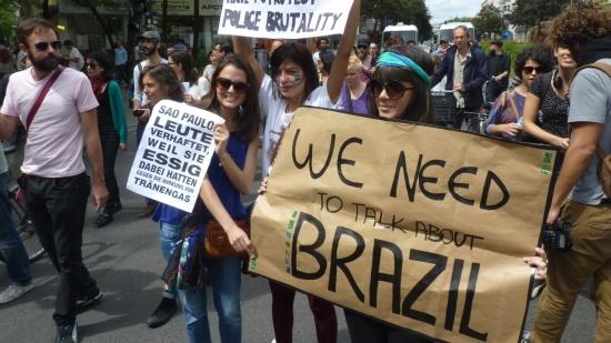 16jun2013---grupo-fez-uma-manifestacao-em-berlim-na-alemanha-neste-domingo-16-em-solidariedade-aos-protestos-contra-o-aumento-na-tarifa-do-transporte-publico-que-tomaram-as-grandes-cidades-do-brasil-1371414040217_1920x1080