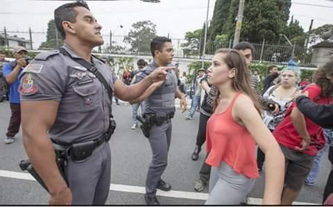 policial e menina de laranja